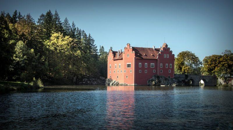 Pět českých hradů a zámků, které nezapomeňte během sezony navštívit
