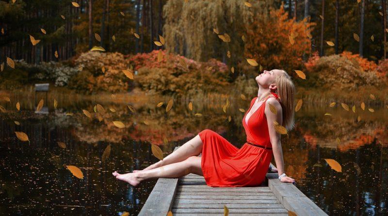 Šaty letošního podzimu. Co se nosí i za sychravějších dnů?